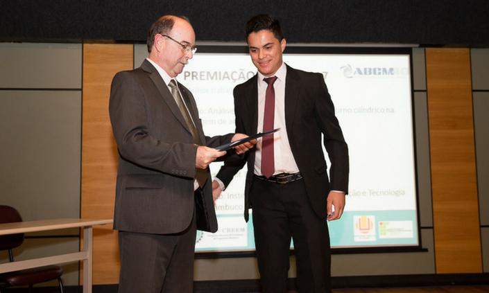 Estudante de Engenharia Mecânica é premiado em congresso nacional
