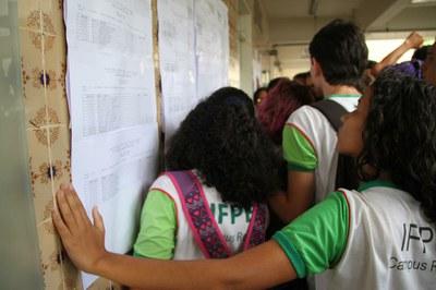 Listão foi fixado no bloco F do Campus Recife